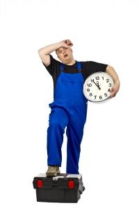 Bauarbeiter mit Uhr in der Hand